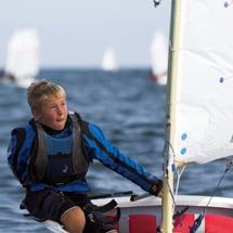 Junger Teilnehmer eines Oskar-SegelCamps