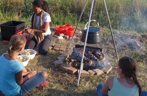 Essen kochen am Lagerfeuer im Abenteuer- und ActionCamp Zerum